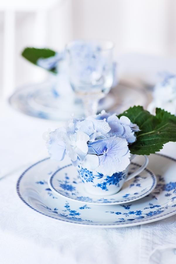 Elegantes Gedeck mit Blumen lizenzfreie stockfotos