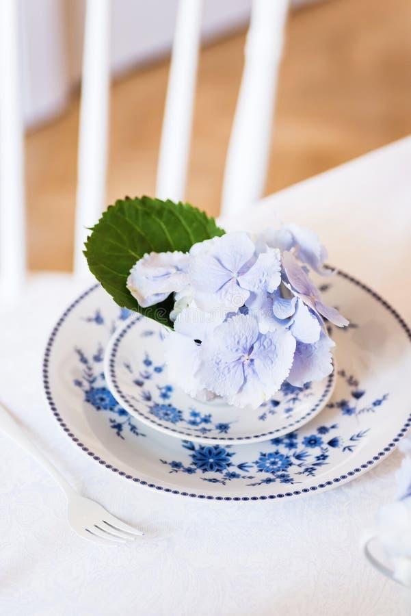 Elegantes Gedeck mit Blumen stockfotografie