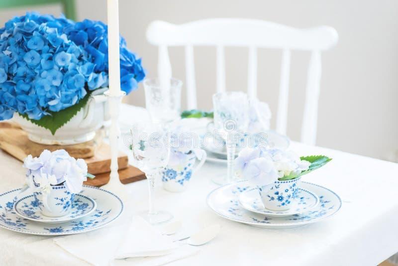 Elegantes Gedeck mit Blumen stockfoto