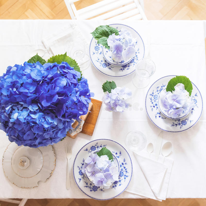 Elegantes Gedeck mit Blumen stockfotos