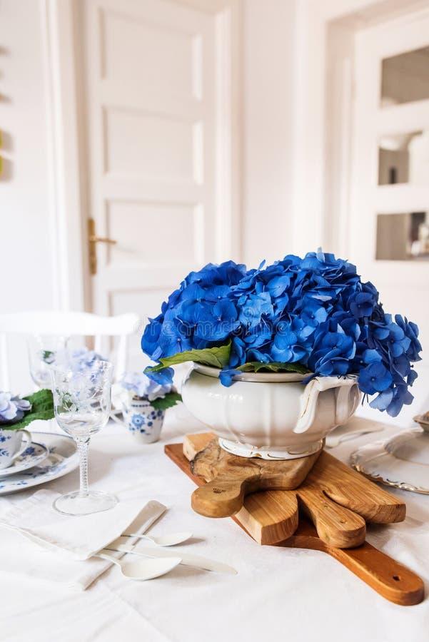 Elegantes Gedeck mit Blumen stockbilder