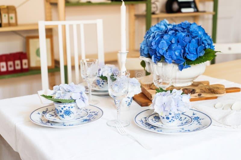 Elegantes Gedeck mit Blumen lizenzfreie stockfotografie