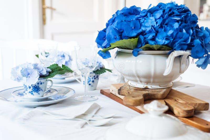 Elegantes Gedeck mit Blumen lizenzfreie stockbilder