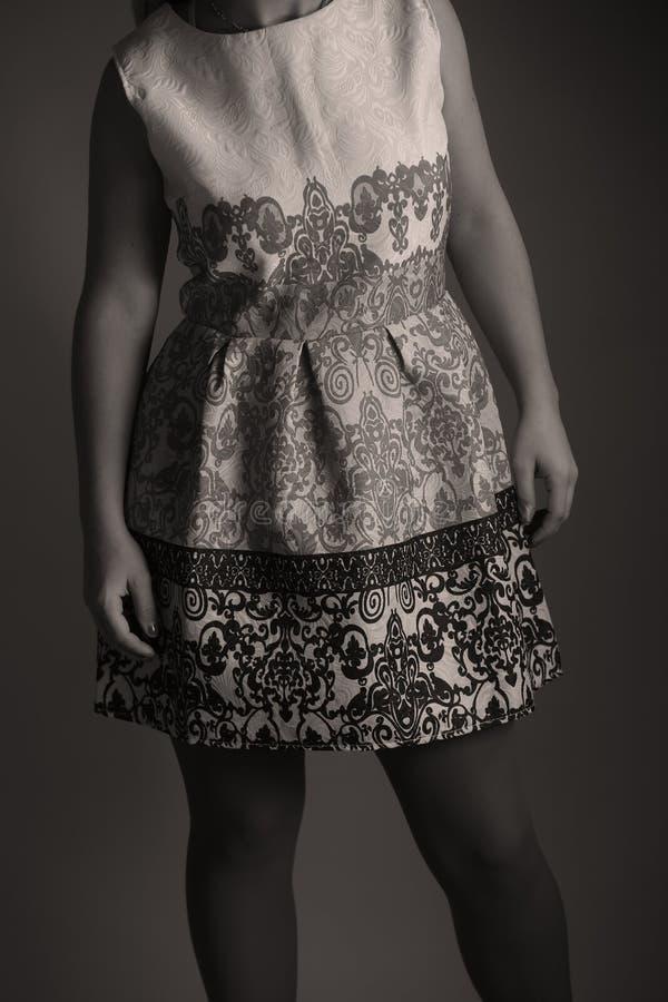Elegantes gesticktes Kleid für Frauen im Studio lizenzfreies stockfoto
