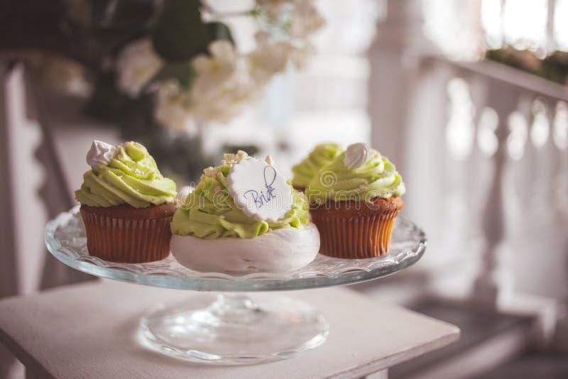 Elegantes Heiratsstillleben Festliche s??e Festlichkeiten f?r G?ste, kleine Kuchen und Nachtische stockfoto