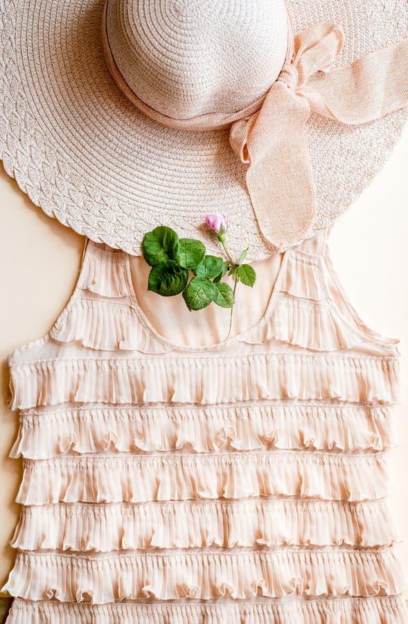 Elegantes junges attraktives Frauentragen bla? - rosa Sommerkleid, -strohhut und -Sonnenbrille, denkend an ihre Sommerferien seit lizenzfreie stockfotos