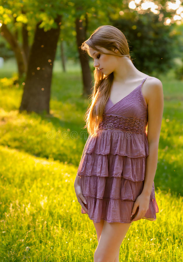 Elegantes Mädchen Beautful in der Natur stockfoto