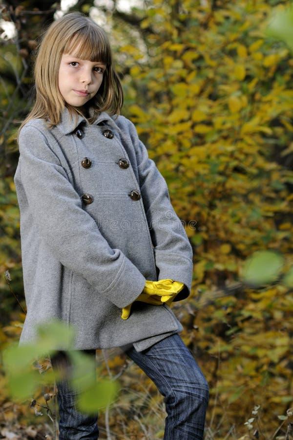 Elegantes Mädchen in der Natur lizenzfreie stockfotos