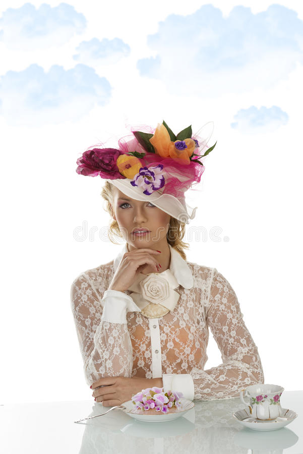 Elegantes Mädchen mit Kuchen und Tasse Tee stockfoto