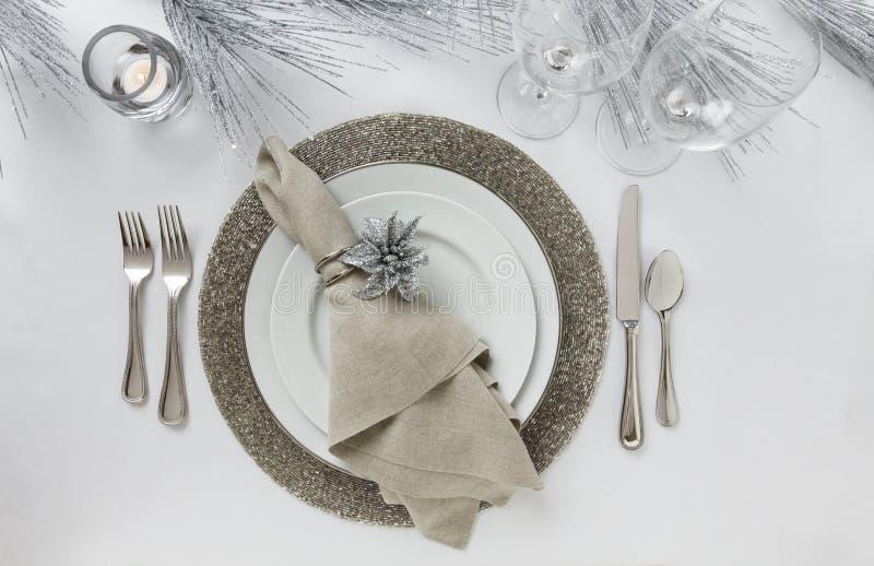 Elegantes neues Jahr ` s Eve oder Weihnachtsfeiertagsgedeck Feiner Speisetischdekor lizenzfreies stockfoto