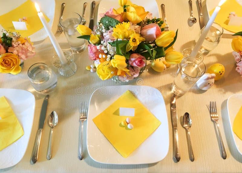 Elegantes Ostern-Gedeck mit Blumen und Süßigkeit stockbilder