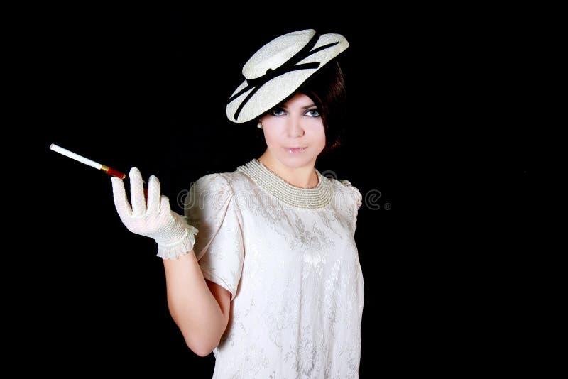 Elegantes Retro--angeredetes Mädchen mit Zigarette lizenzfreie stockfotografie