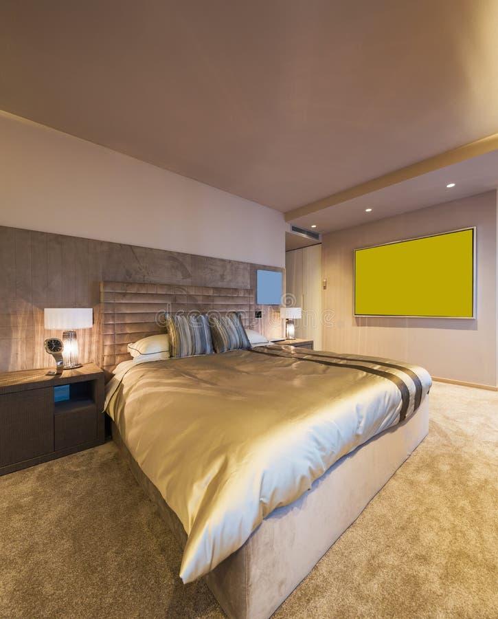 Elegantes Schlafzimmer in der Designerwohnung lizenzfreie stockbilder