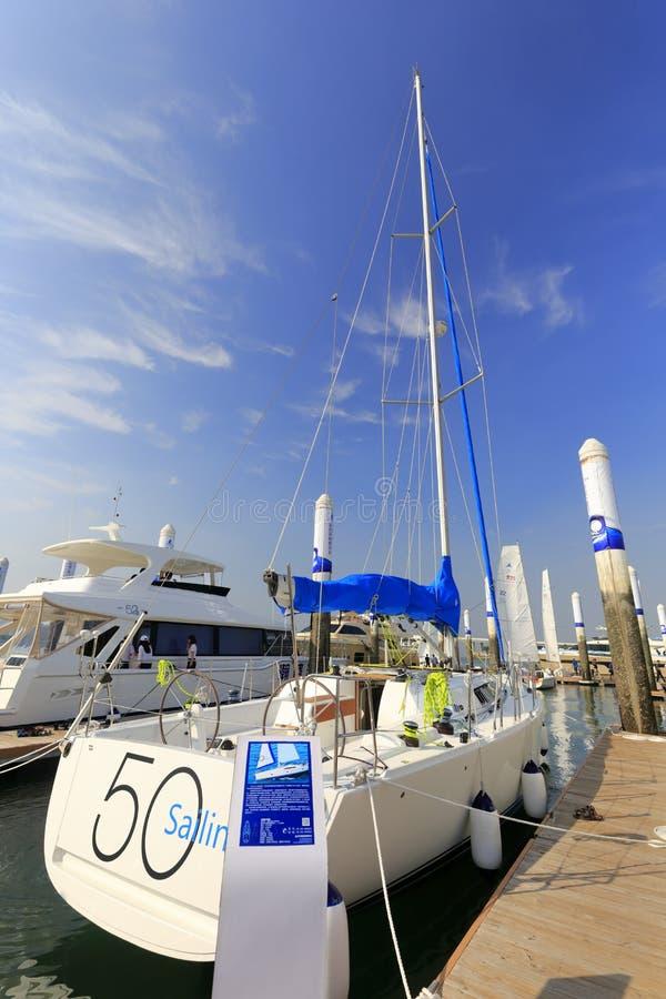 Elegantes Segelbootsegelboot im wuyuanwan Yachtpier stockfotografie