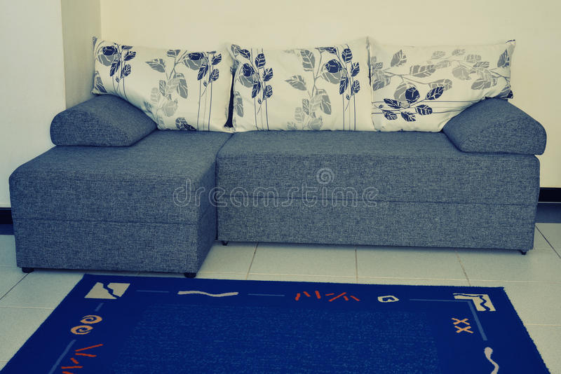 elegantes sofa mit blumenmuster stockfoto bild von bequem teppich 52508824. Black Bedroom Furniture Sets. Home Design Ideas