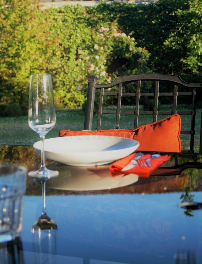 Elegantes Sommerspeisen im Freien lizenzfreies stockfoto
