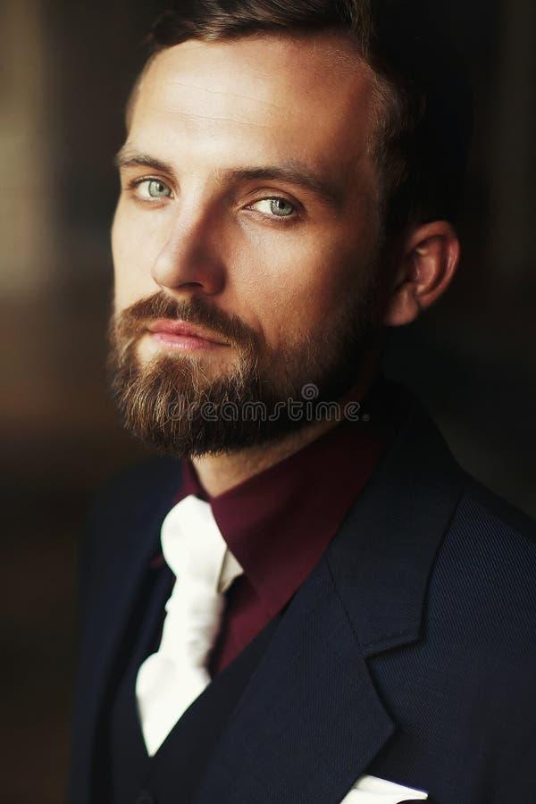 Elegantes stilvolles hübsches Bräutigamporträt bärtiger Mann, der an steht lizenzfreie stockfotos
