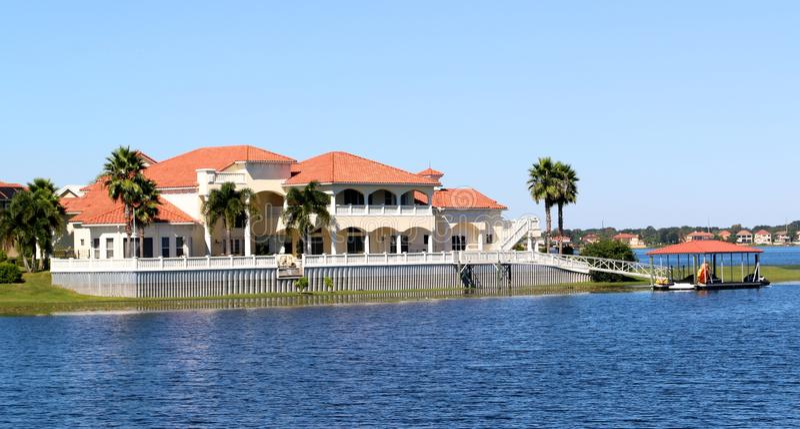 Elegantes Vorstadtvillenhaus auf dem See stockbilder