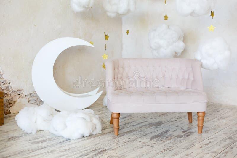Elegantes weiches Sofa nahe einer Betonmauer lizenzfreie stockfotografie
