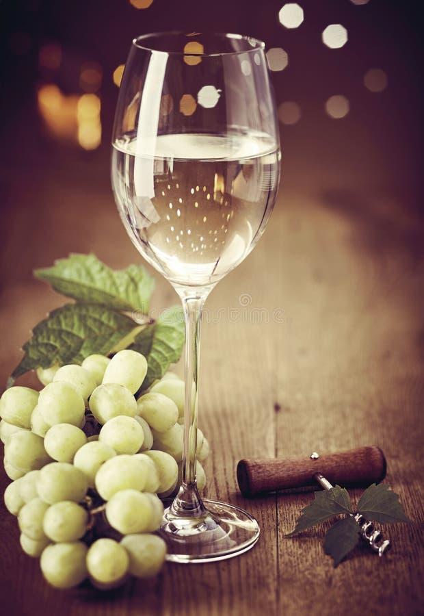 Elegantes Weinglas Weißwein mit Trauben lizenzfreie stockfotografie