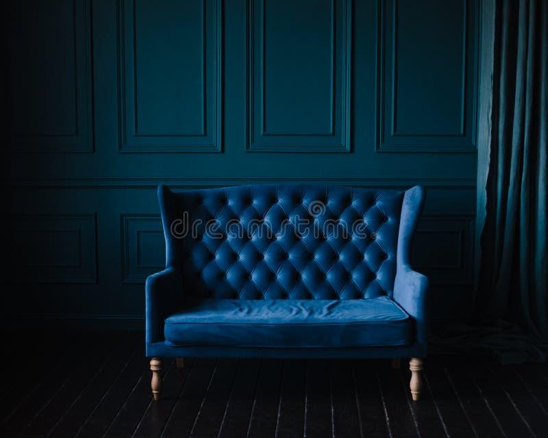 Elegantes Wohnzimmer in den blauen Tönen Blaue Wände lizenzfreie stockbilder