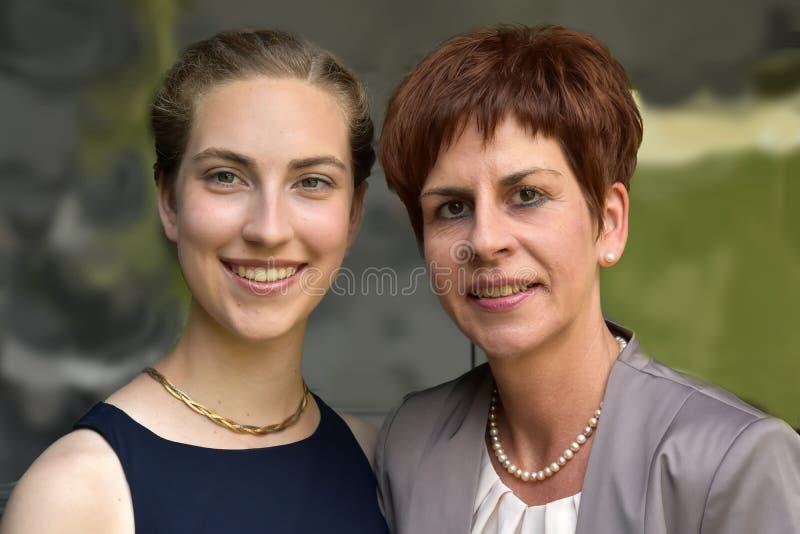 Elegantly påkläddmoder och dotter fotografering för bildbyråer