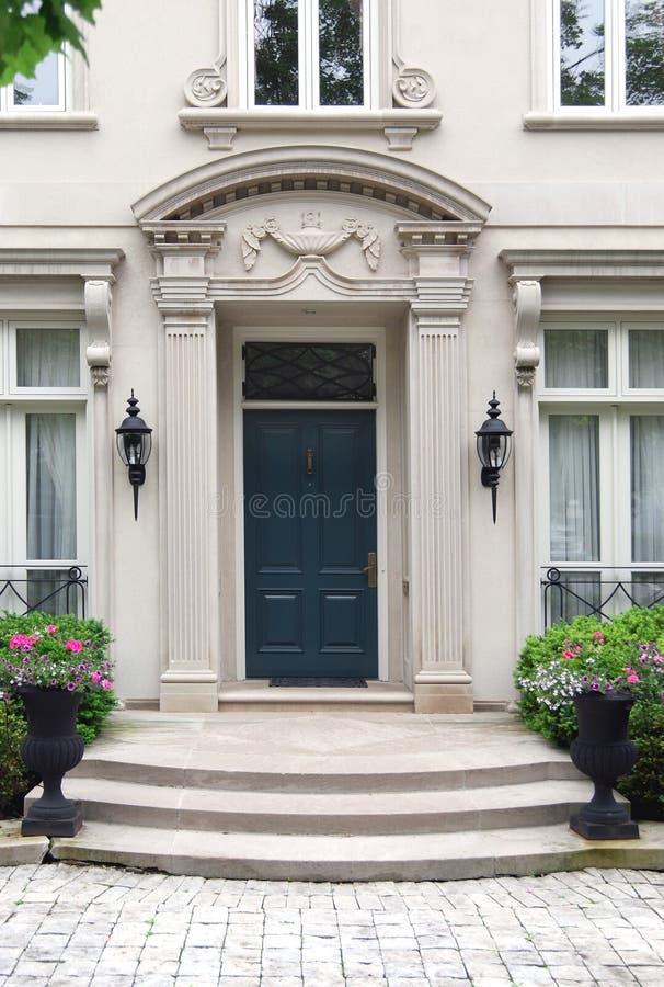 elegantt ingångshus till arkivbild