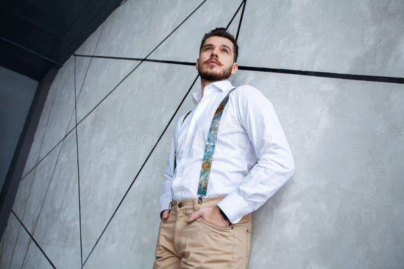 elegantt stiligt manbarn Manligt ta av ens kläder arkivfoto
