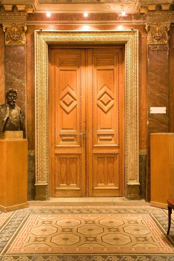 elegantt trä för dörr royaltyfri bild