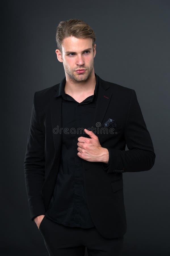 Eleganza nella semplicità Tendenza nera di modo Il responsabile elegante dell'uomo indossa l'attrezzatura convenzionale nera su f fotografia stock libera da diritti