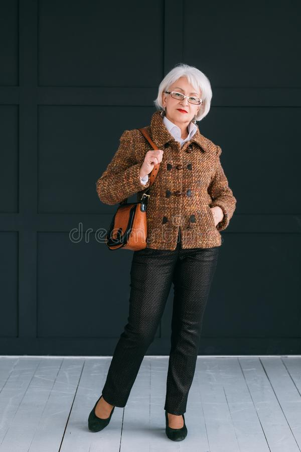 Eleganza senior alla moda di fiducia di stile di vita di signora fotografie stock libere da diritti