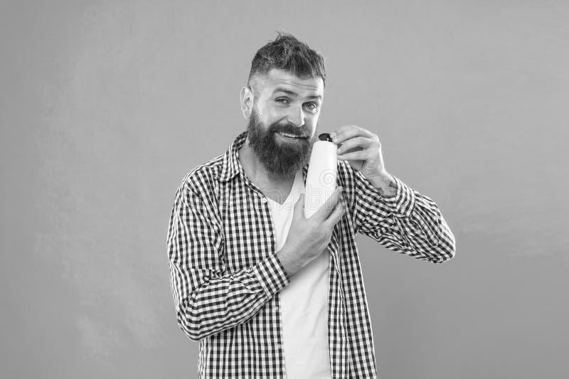 Elegir el acondicionador del champ? y de pelo Inconformista maduro con la barba Hombre barbudo Pelo facial y el afeitar Cauc?sico fotos de archivo libres de regalías