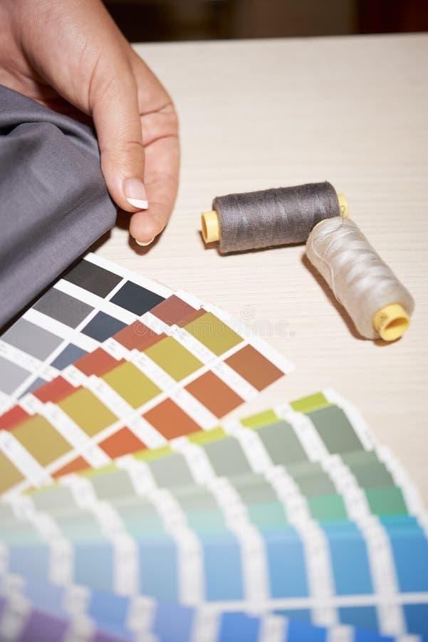 Elegir el color para la nueva colecci?n de la ropa imagen de archivo libre de regalías