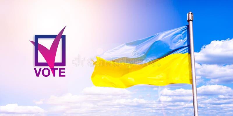 Eleição do presidente de Ucrânia votar O símbolo da escolha política democracia Bandeira ucraniana contra um céu nebuloso azul fotografia de stock