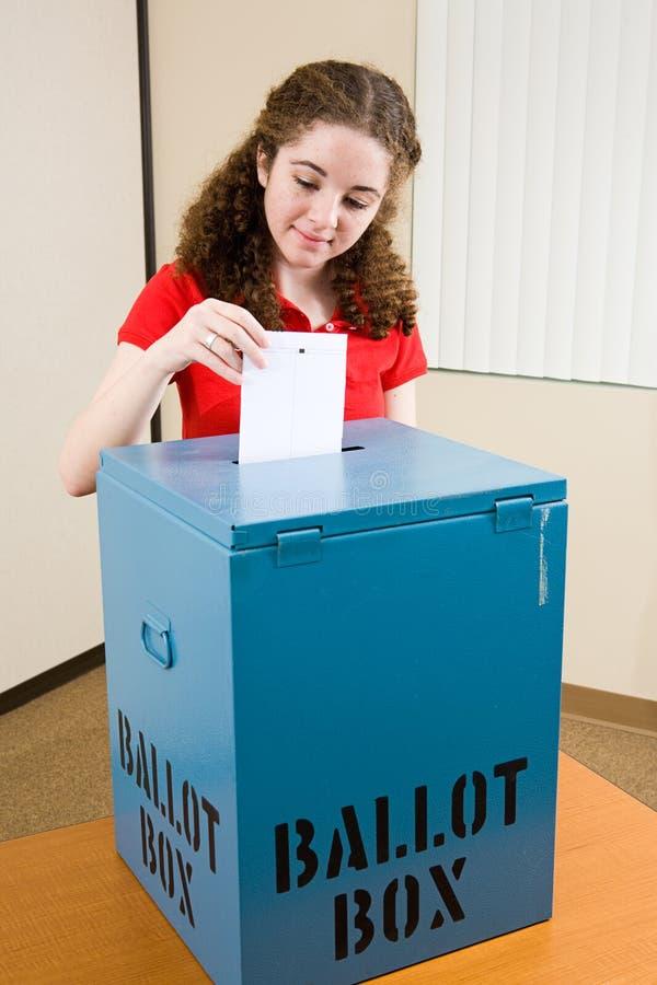 Eleição - o eleitor novo molda a cédula foto de stock royalty free