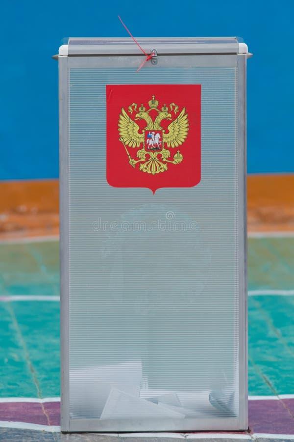 Eleição presidencial do russo - caixa de votação com cédulas foto de stock