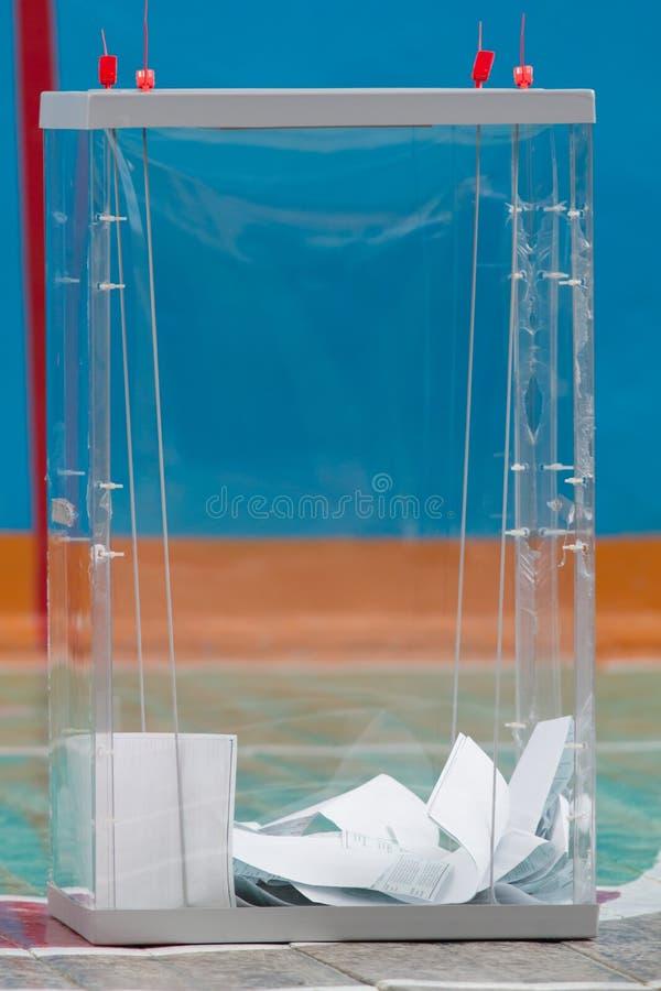 Eleição presidencial do russo - caixa de votação transparente com cédulas foto de stock royalty free