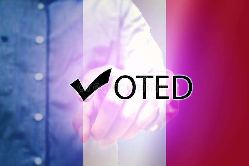 Eleições em france com o homem que aponta o texto do voto e o backgro da bandeira fotografia de stock royalty free