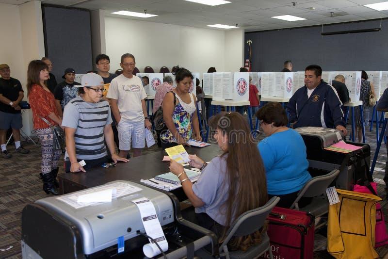 Eleitores na estação de votação fotografia de stock