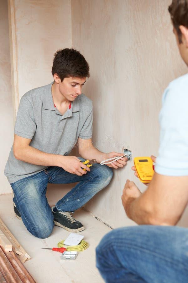 Elektricien With Apprentice Working in Nieuw Huis royalty-vrije stock fotografie