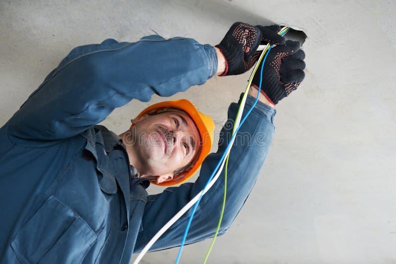 Elektricien bij de bedrading van het werk