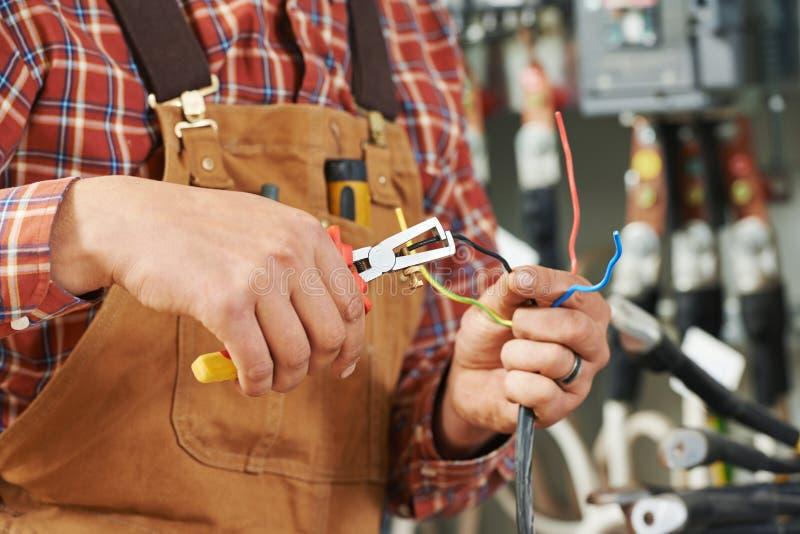 Elektricien bij de bedrading van het werk stock fotografie