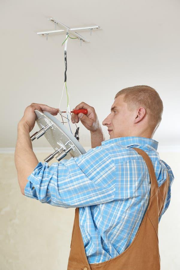 Elektricien bij de bedrading van het werk stock afbeeldingen