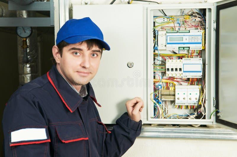 Elektricien dichtbij distributie fusebox royalty-vrije stock fotografie
