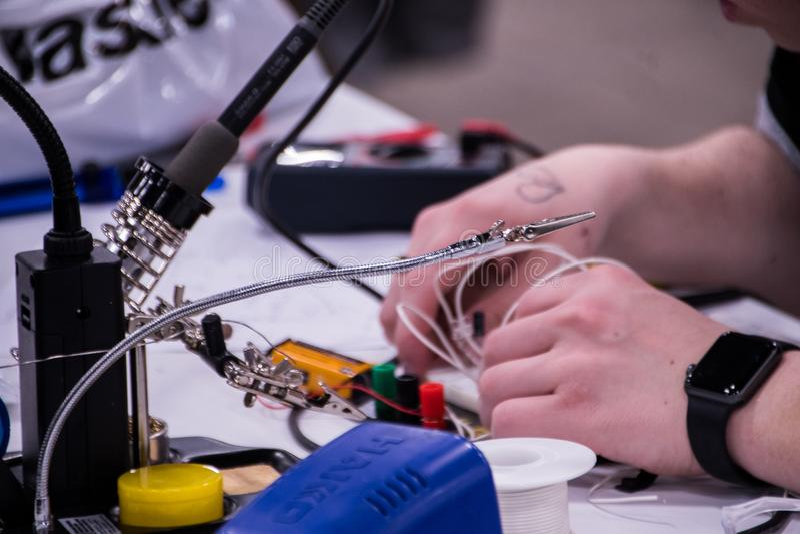Elektricien die aan Elektrocomponenten werken royalty-vrije stock afbeeldingen