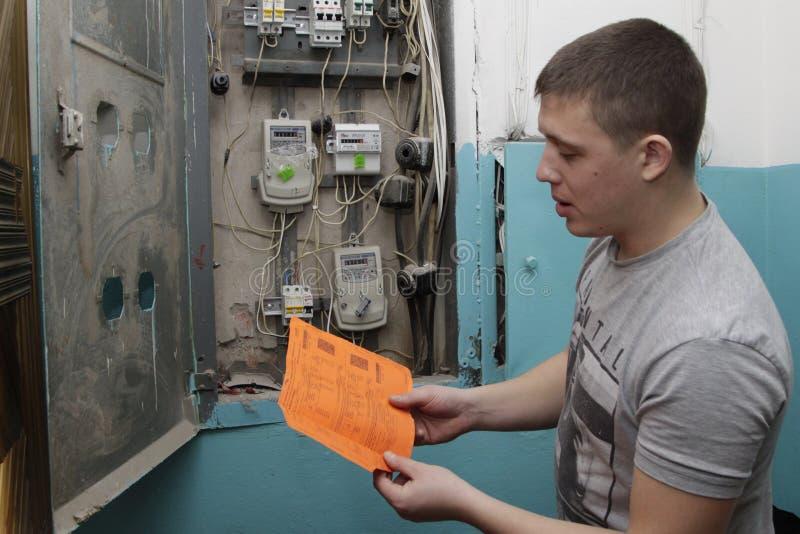 Elektricien die bedradingsdiagram bestuderen stock fotografie
