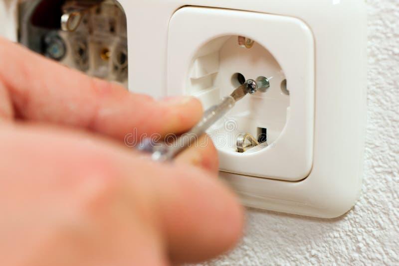 Elektricien die contactdoos installeert stock foto's