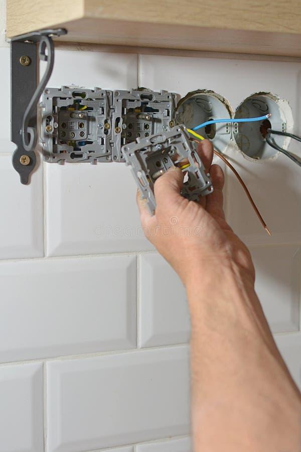 Elektricien die de Contactdoos van de Muur installeert stock foto's