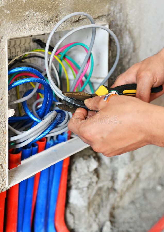 Elektricien die een schakelaarcontactdoos installeren royalty-vrije stock afbeelding