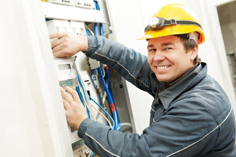 Elektricien die energie installeren - besparingsmeter